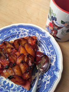 Pflaumenkuchen mit Tasse Wichtel mit Brombeere und Fuchs