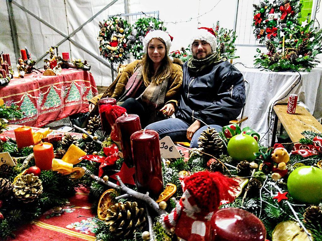 Weihnachtsmarkt_Saint._Quirin_Vosges_Vogesen_Stand_Adventskränze