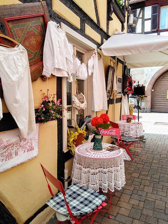 Bouxwiller_Alsace_Elsass_grand_est_cafe_au_charme_du_passe_antiquites_table