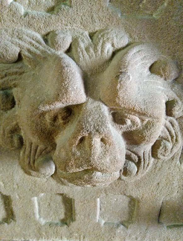 Wächter aus Sandstein an der Abtei in Herrenstein, Neuwiller-les-Saverne